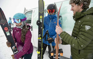 Men and women with skis